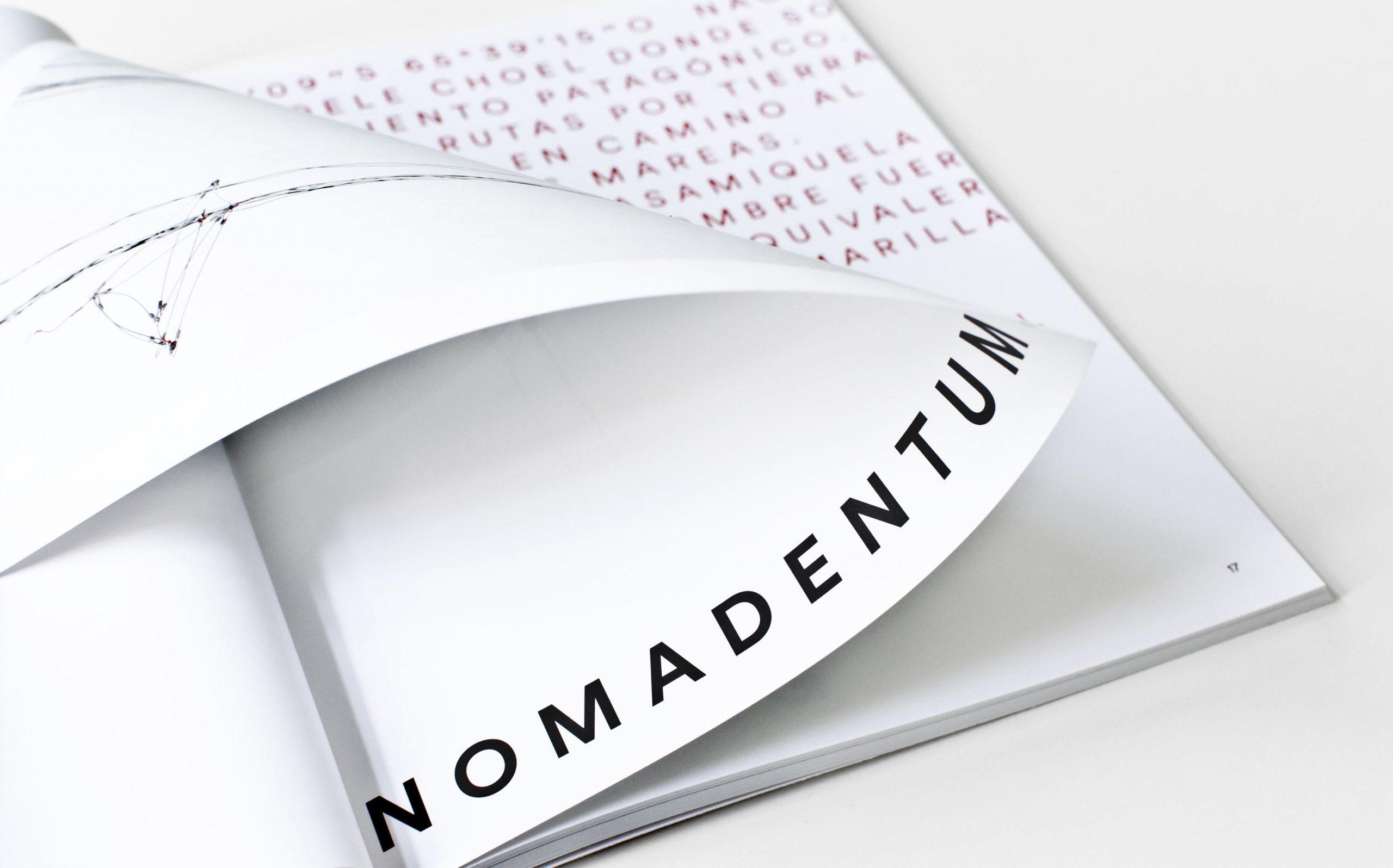 Detail aus Juliana Herrero – REM 1:1 | Werktitel groß und Voice Over Typografie auf nächster Doppelseite, umgeschlagene Seite | Keywords: Editorial Design, Artist Book, Künstlerbuch, Buchgestaltung, Grafikdesign, Design, Typografie