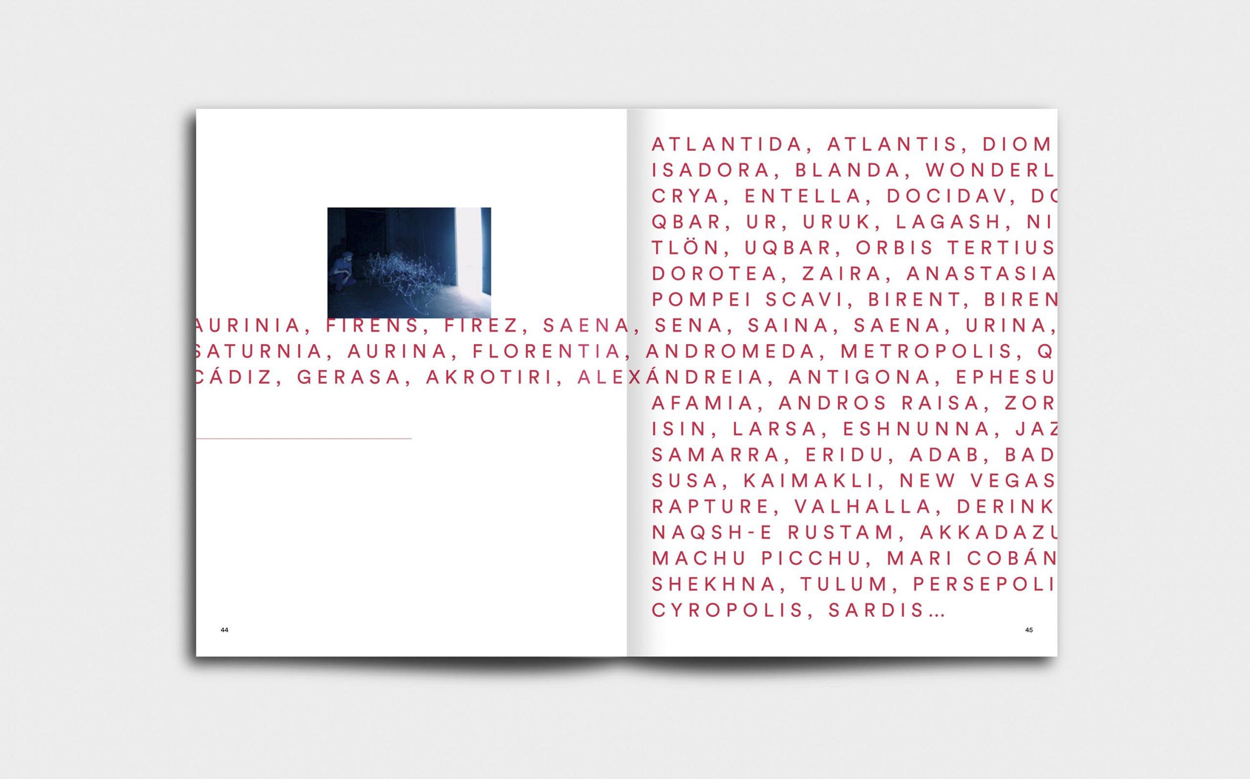 Juliana Herrero – REM 1:1 | Voice-Over Doppelseite mit rotem Text und sehr grafischer Typografie, kleines Foto der Werkgruppe »Plateaus« links oben | Keywords: Editorial Design, Artist Book, Künstlerbuch, Buchgestaltung, Grafikdesign, Design, Typografie