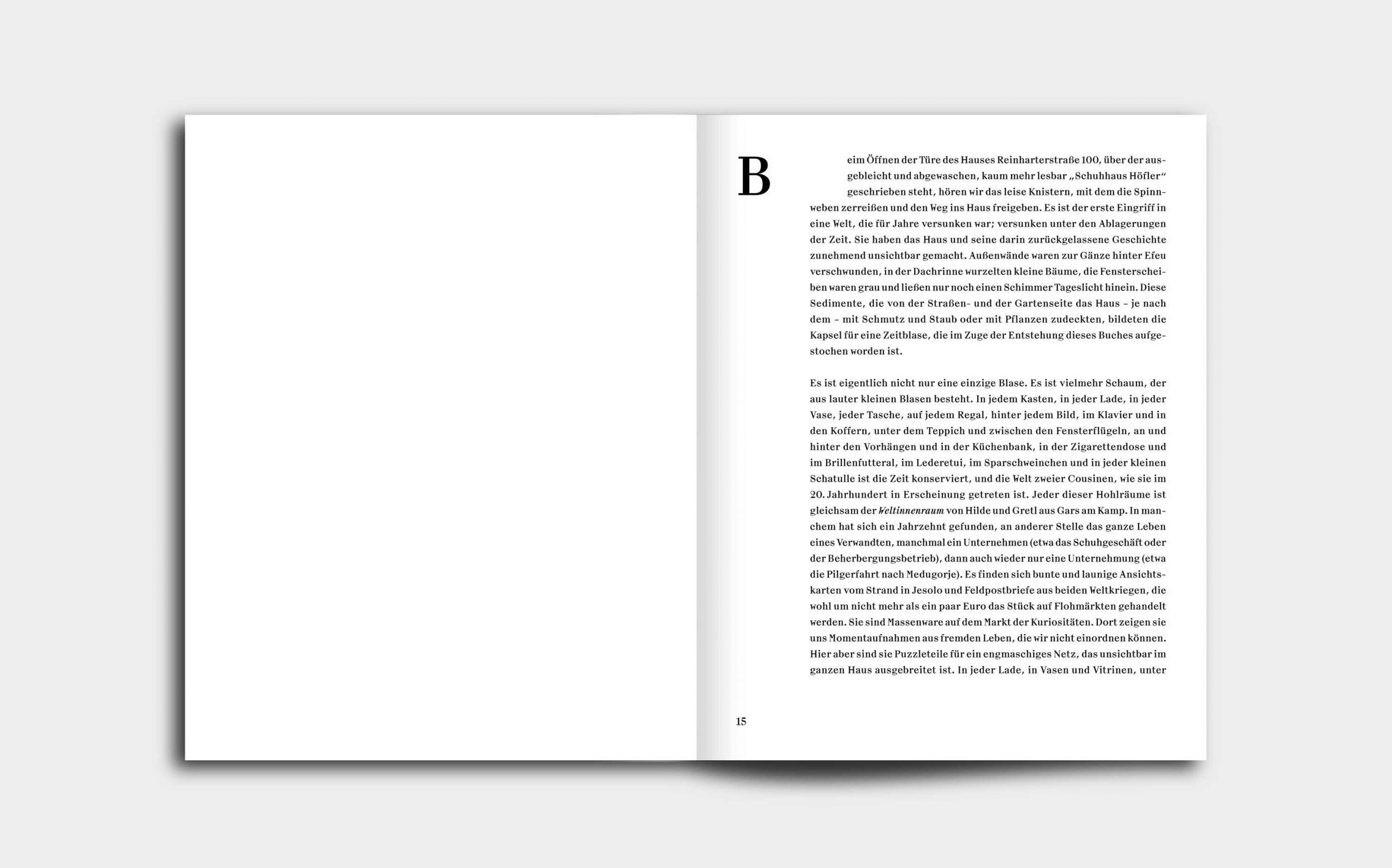 Tarek Leitner, Peter Coeln – Hilde & Gretl | Doppelseite mit großem Initial als Kapiteleinstieg auf rechter Seite, links leer | Keywords: Editorial Design, Veredelung, Artist Book, Künstlerbuch, Buchgestaltung, Grafikdesign, Design, Typografie
