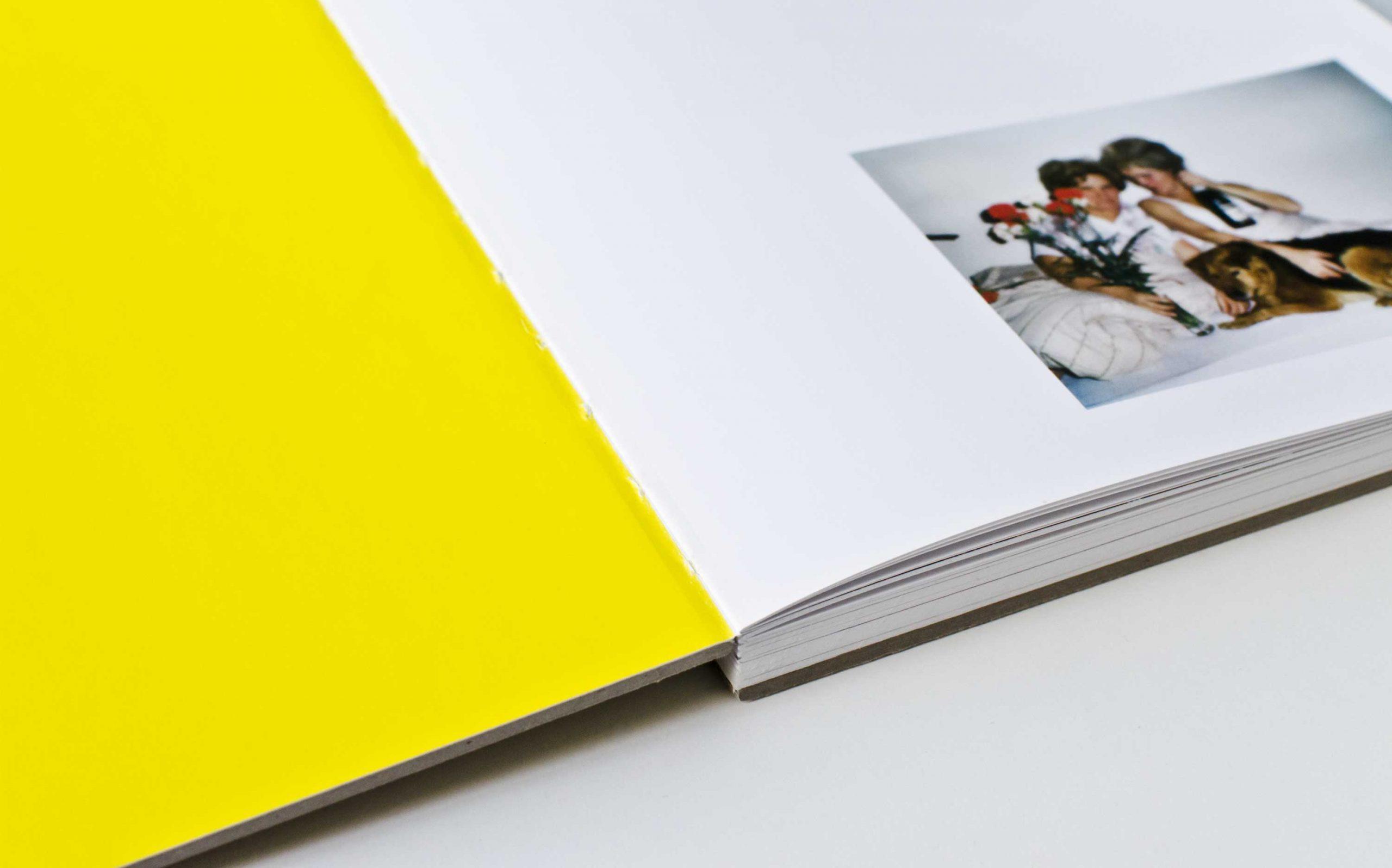 Tarek Leitner, Peter Coeln – Hilde & Gretl | Detail des Buches, aufgeschlagen mit Pantone bedruckter Vorsatz und Bild rechts | Keywords: Editorial Design, Veredelung, Artist Book, Künstlerbuch, Buchgestaltung, Grafikdesign, Design, Typografie, Nippes
