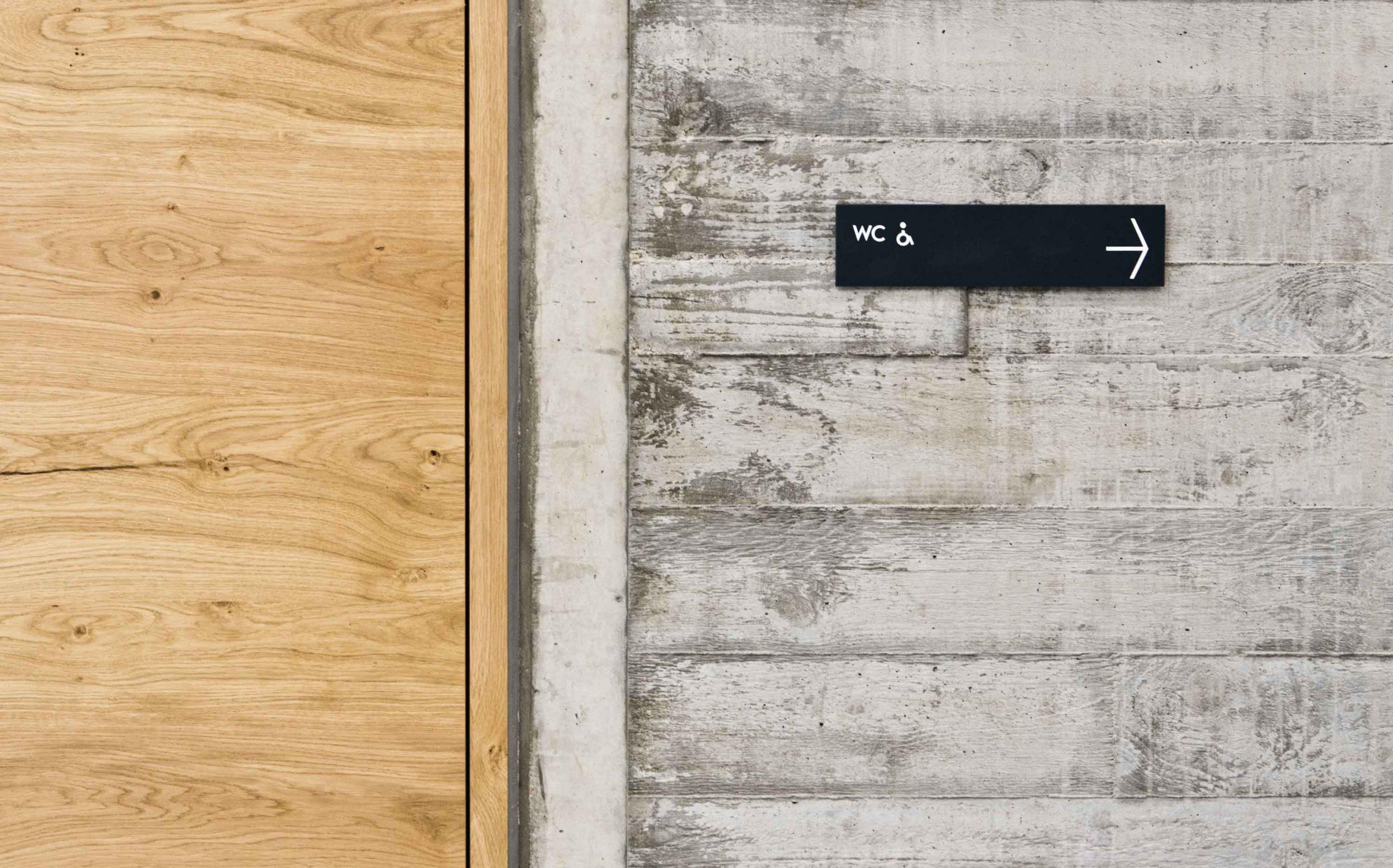Leit- & Informationssystem The Beach, Düsseldorf | Wegweiser | Keywords: Etagenkennzeichnung, Signaletik, Leitsystem, Orientierungssystem, Büro, Office, Design, Grafikdesign, Typografie