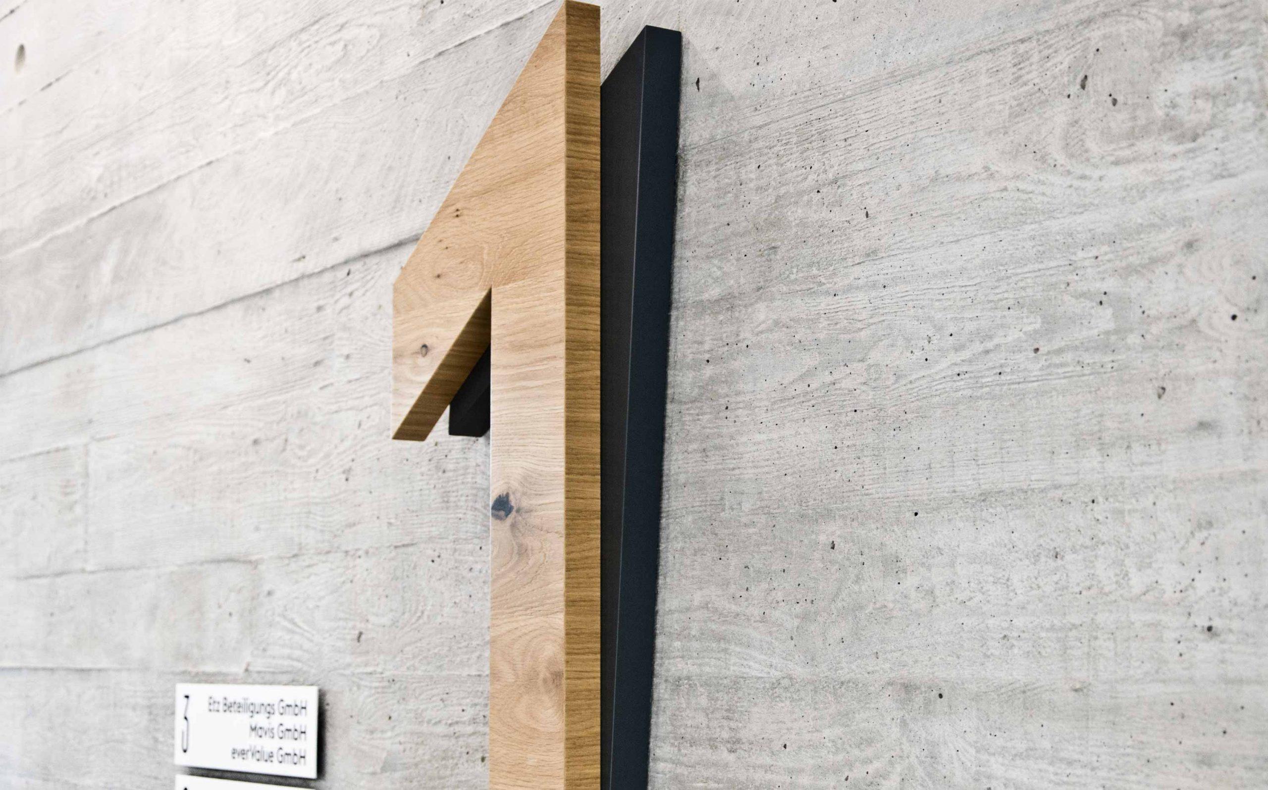 Leit- & Informationssystem The Beach, Düsseldorf | Etagenkennzeichnung OG1, Detaildesign | Keywords: Etagenkennzeichnung, Signaletik, Leitsystem, Orientierungssystem, Büro, Office, Design, Grafikdesign, Typografie