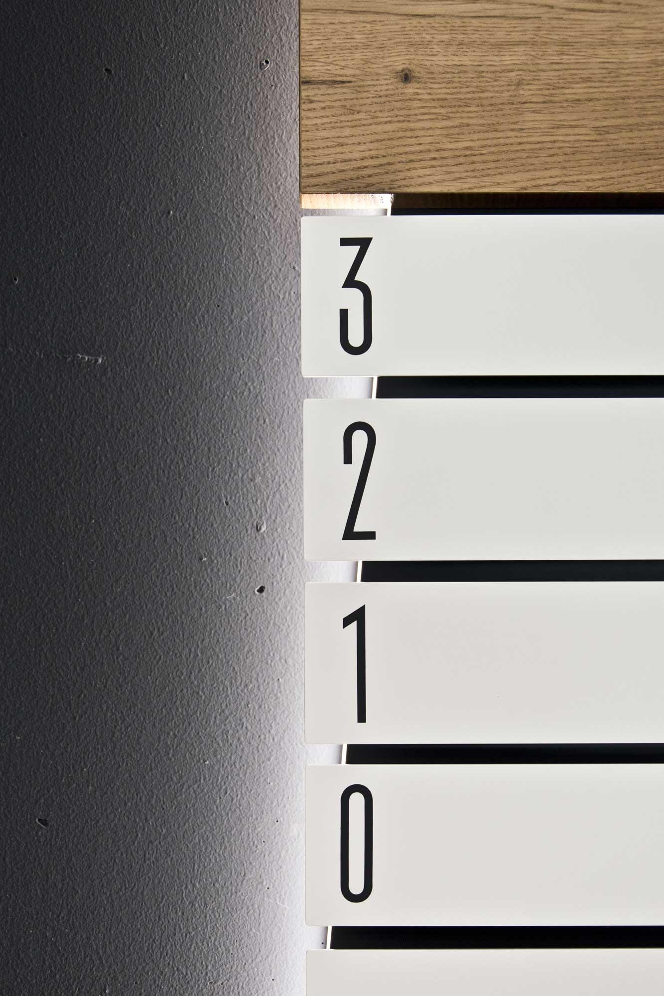 Leit- & Informationssystem The Beach, Düsseldorf | Etagenübersicht im EG, Detail Informationsstele | Keywords: Etagenkennzeichnung, Signaletik, Leitsystem, Orientierungssystem, Büro, Office, Design, Grafikdesign, Typografie
