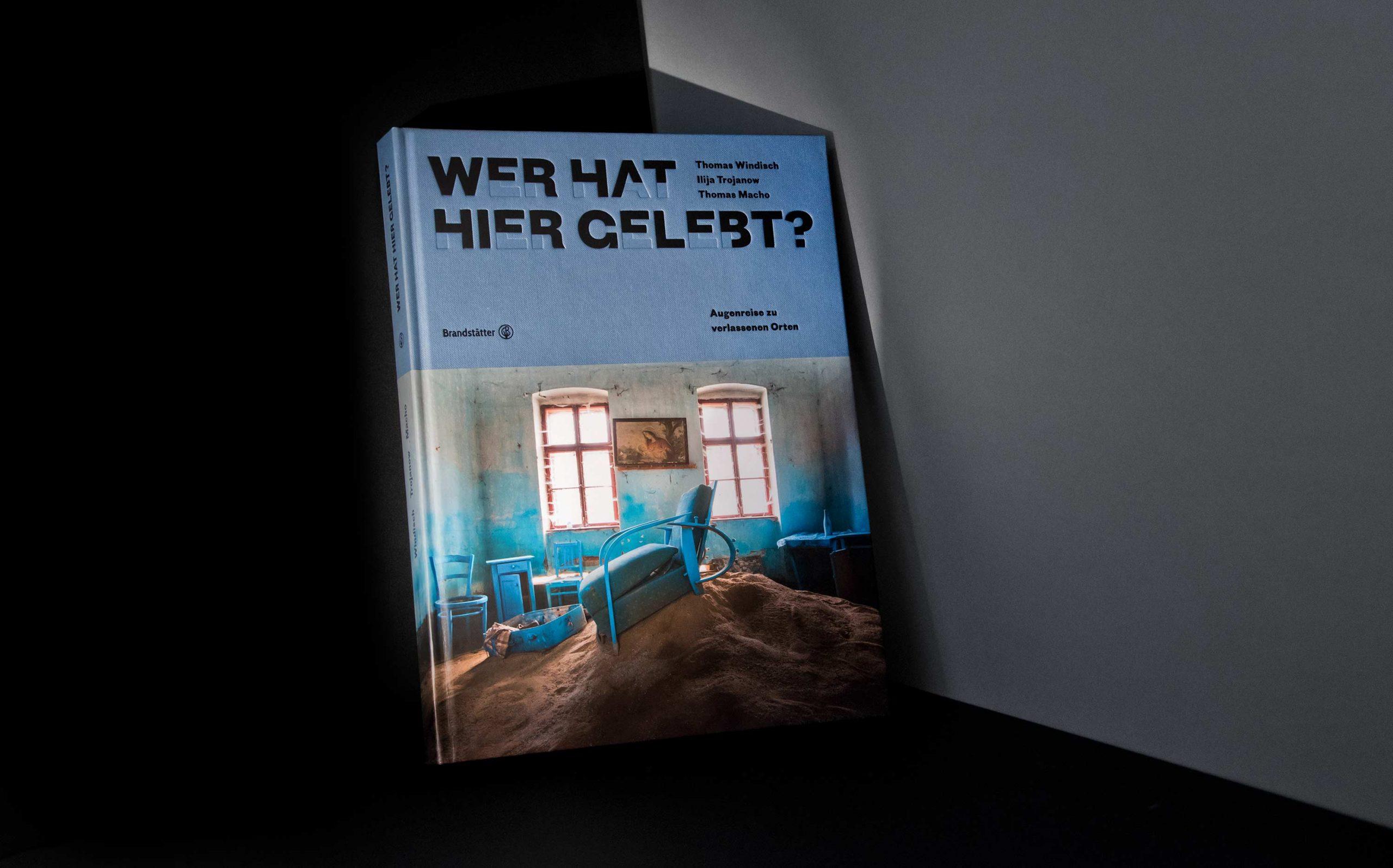 Editorial Design Thomas Windisch, Ilija Trojanow – Wer hat hier gelebt | Cover mit partieller Schrift | Keywords: Ilija Trojanow, Thomas Windisch, Fotobuch, Bildband, Editorial Design, Kunstbuch, Typografie, Designbüro