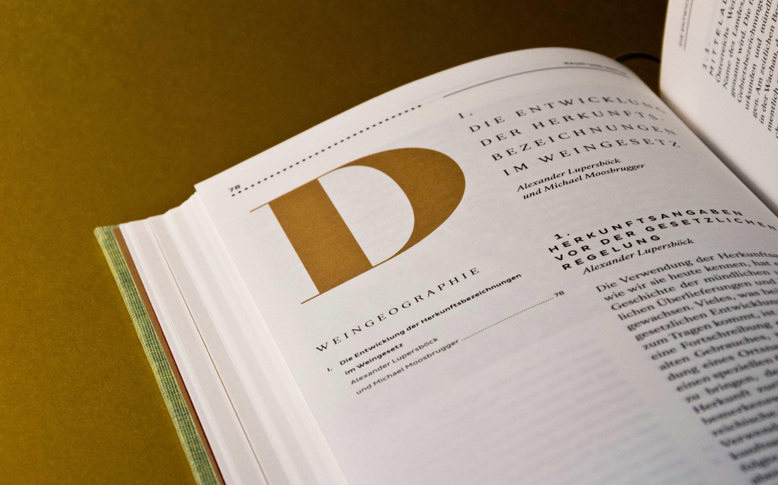 Editorial Design Wein in Österreich, Kompendium | Detail eines Kapiteleinstiegs mit großem Initial | Keywords: Kompendium, Editorial Design, Lexikon, Nachschlagewerk, Standardwerk, Mikrotypografie, Typografie