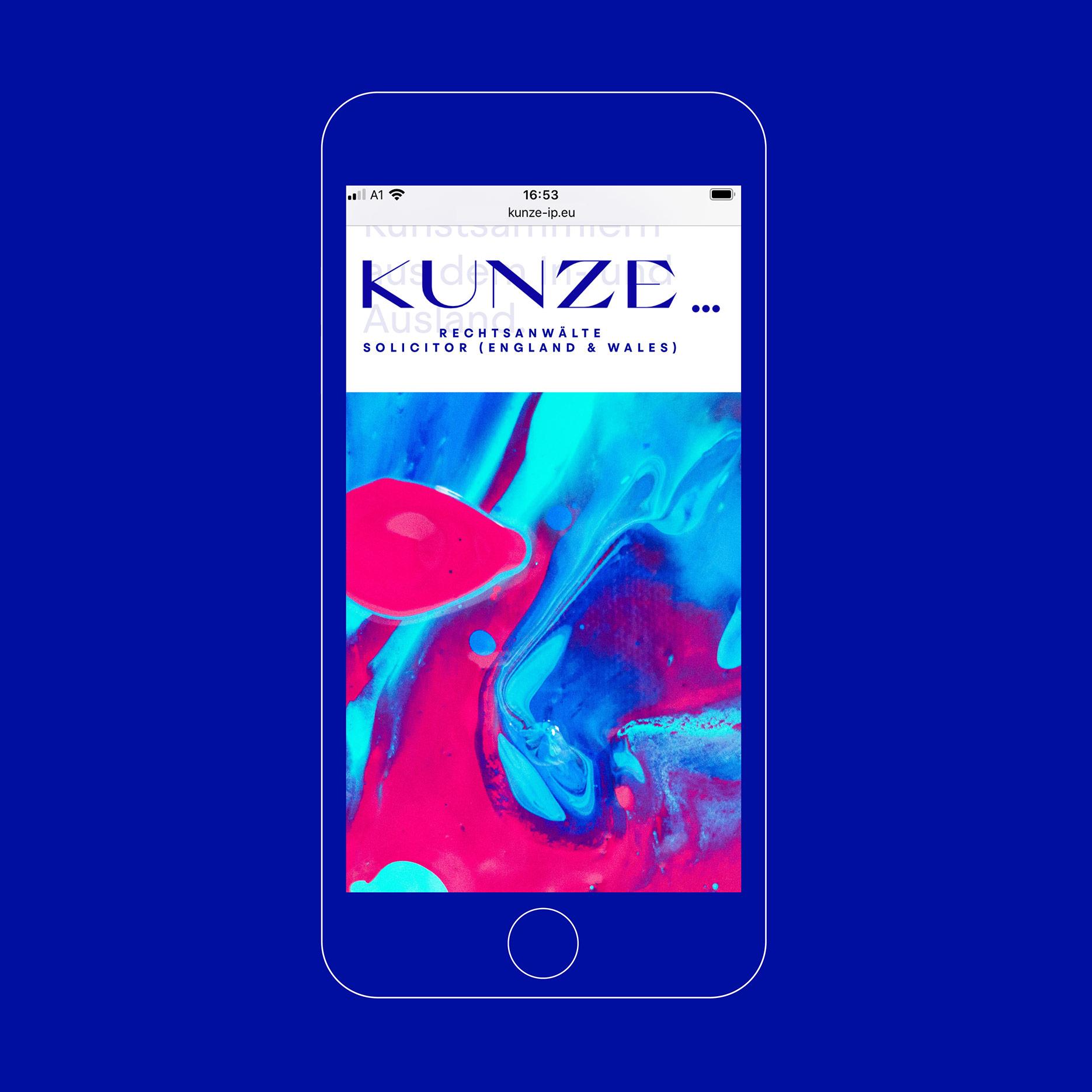 Corporate Design für Kunze Rechtsanwälte, München | Mobile Website, Mockup auf blauem Hintergrund | Keywords: Corporate Design, Branding, Contemporary Design, Blau, Blue, Typografie, Typography, Graphic Design, Grafikdesign, Abstrakte Kunst